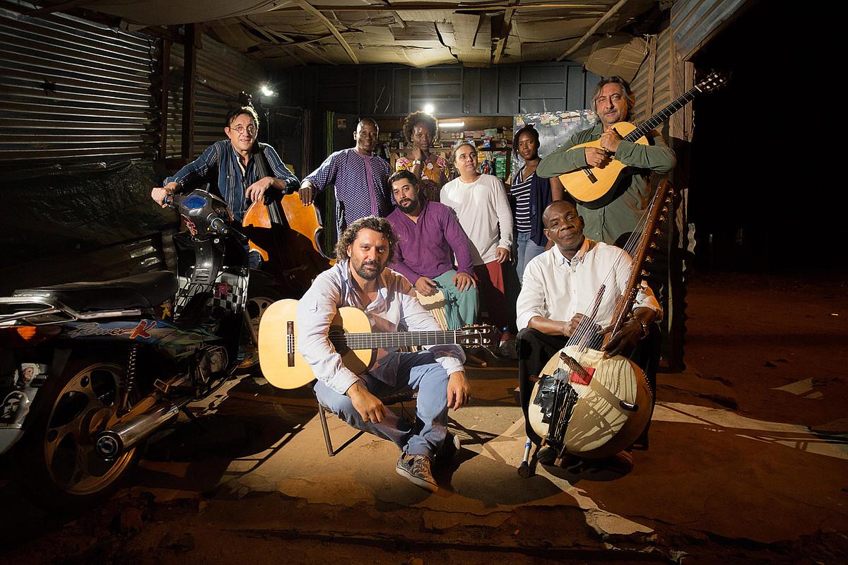 Josemi Carmona eta Toumani Diabate, aurrean, <em>Songhai</em> proiektuan parte hartzen duten musikari guztiekin. &copy;BERRIA