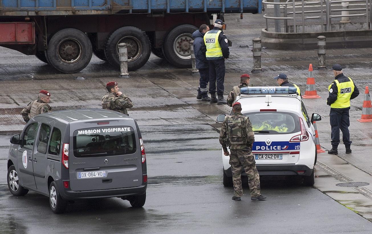 Frantziako Poliziaren kontrol bat, atzo bertan, Biriatun. ©JAGOBA MANTEROLA / ARGAZKI PRESS