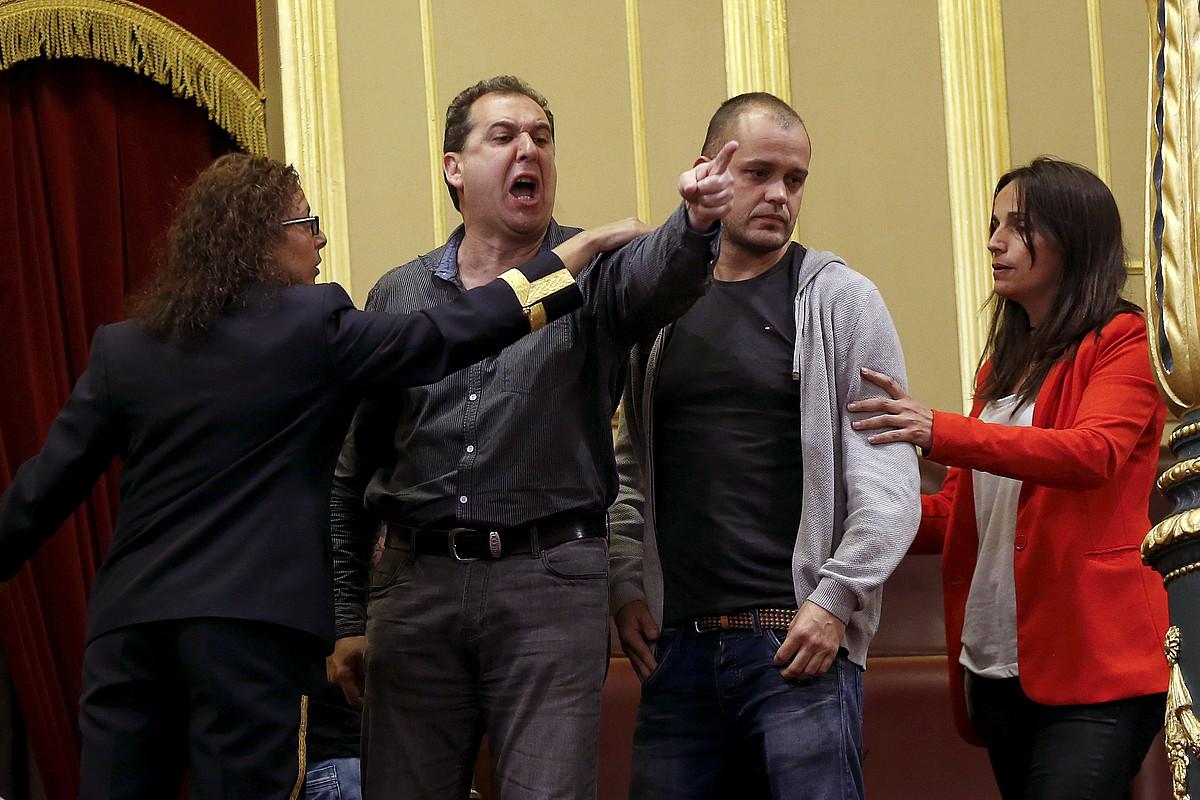 Zamaketari bat Espainiako Kongresutik ateratzen, ostegunean. ©C. MOYA /EFE