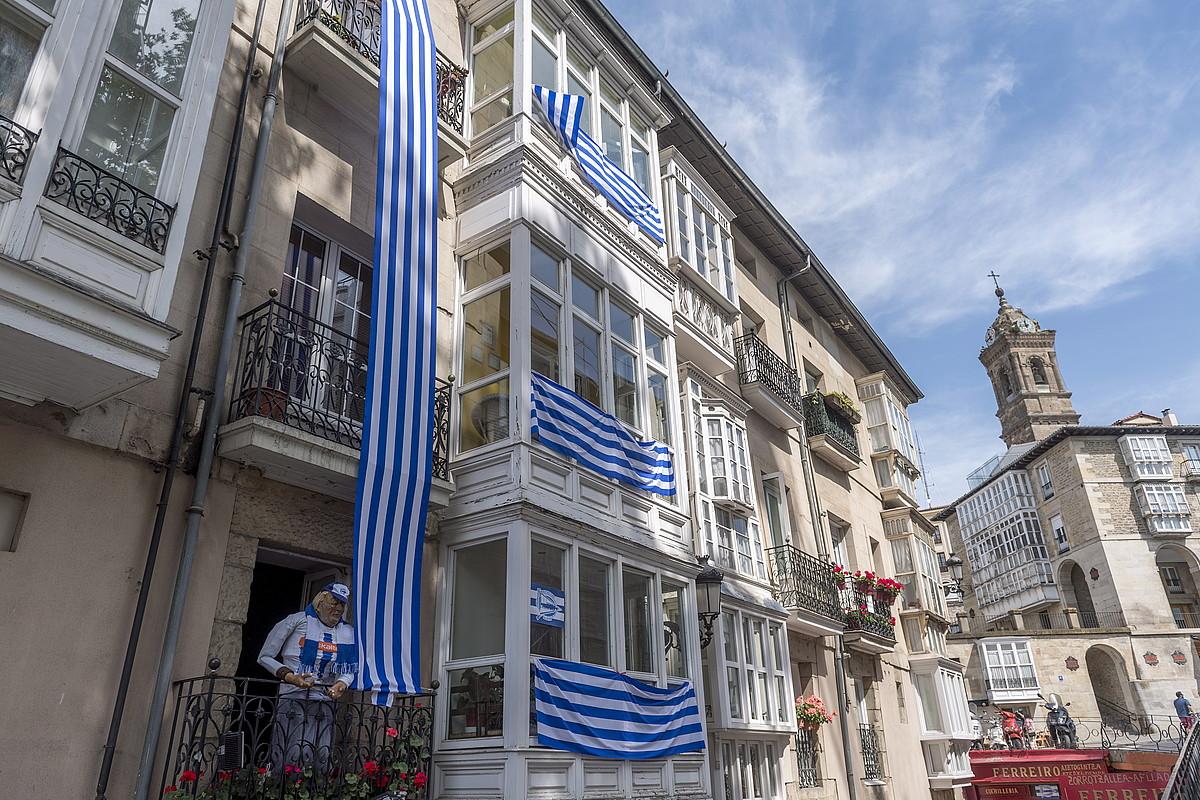 Alavesen aldeko banderak zintzilikatu dituzte Gasteizko Andre Maria Zuriaren plazako etxeetan. ©JUANAN RUIZ / ARGAZKI PRESS