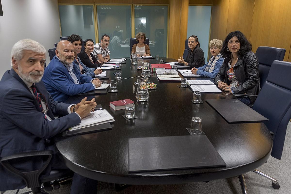 Eusko Legebiltzarreko Memoria eta Bizikidetza lantaldeko ordezkariak, atzo. ©JUANAN RUIZ / ARGAZKI PRESS