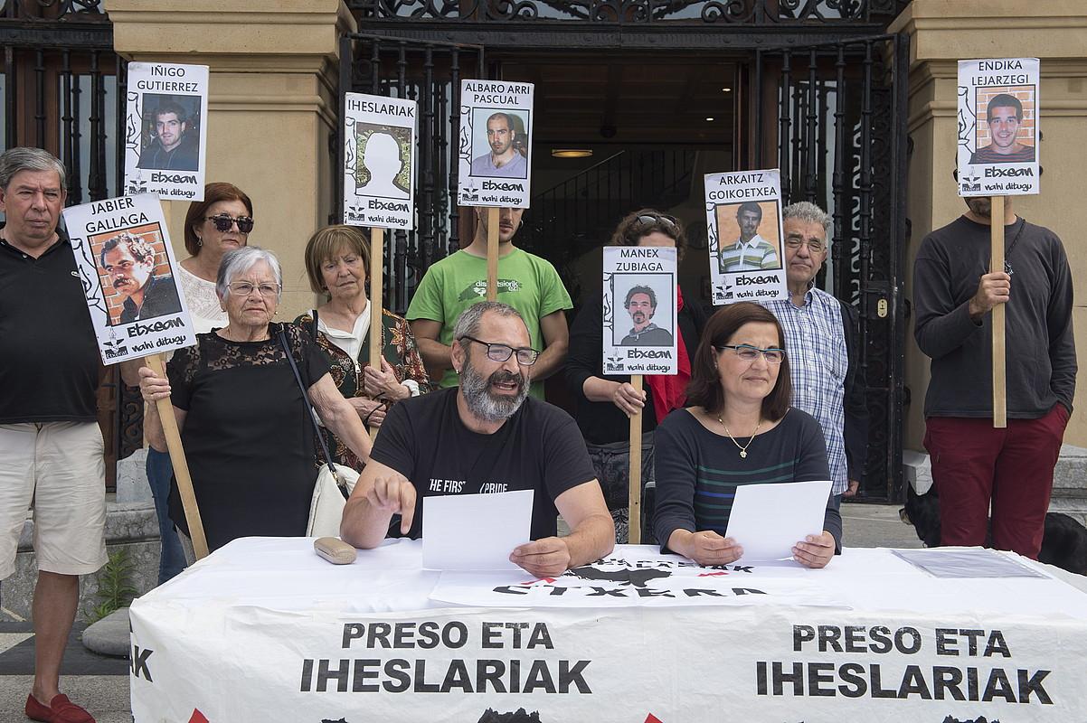 Getxoko presoen senitartekoak, atzo, Getxon egindako agerraldian. ©MONIKA DEL VALLE / ARGAZKI PRESS