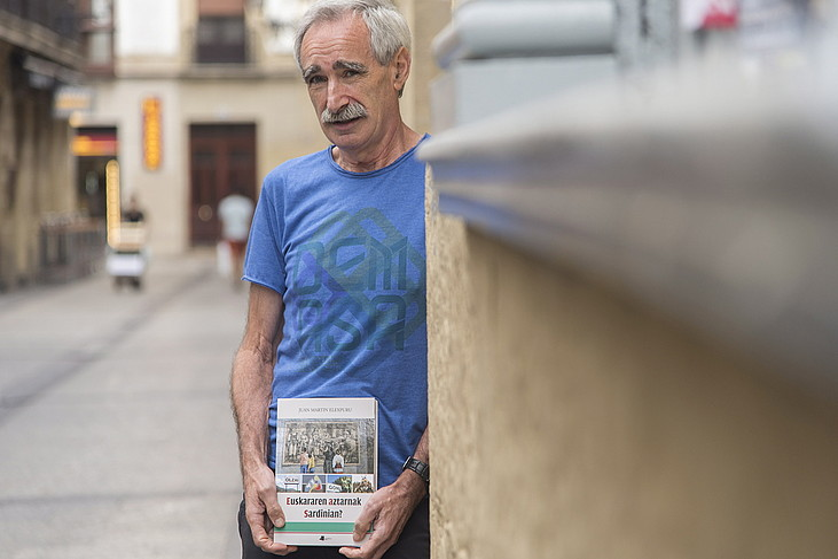 Juan Martin Elexpuru, Donostian, <em>Euskararen aztarnak Sardinian?</em> liburuaren aurkezpenean. &copy;ANDONI CANELLADA / ARGAZKI PRESS