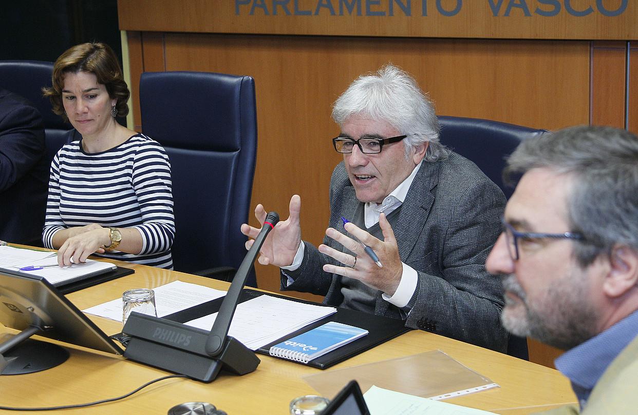 Edu Barinaga ETBko zuzendaria, atzo, Eusko Legebiltzarrean.