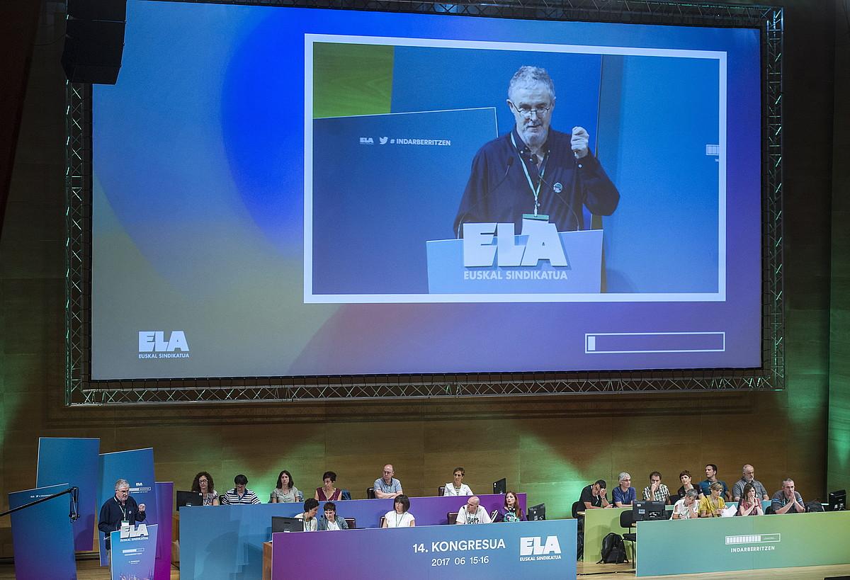 Adolfo Muñoz, sindikatuaren kudeaketa aurkezten, atzo ELAk Euskalduna jauregian abiatu zuen XIV. Kongresuan. ©MARISOL RAMIREZ / ARGAZKI PRESS