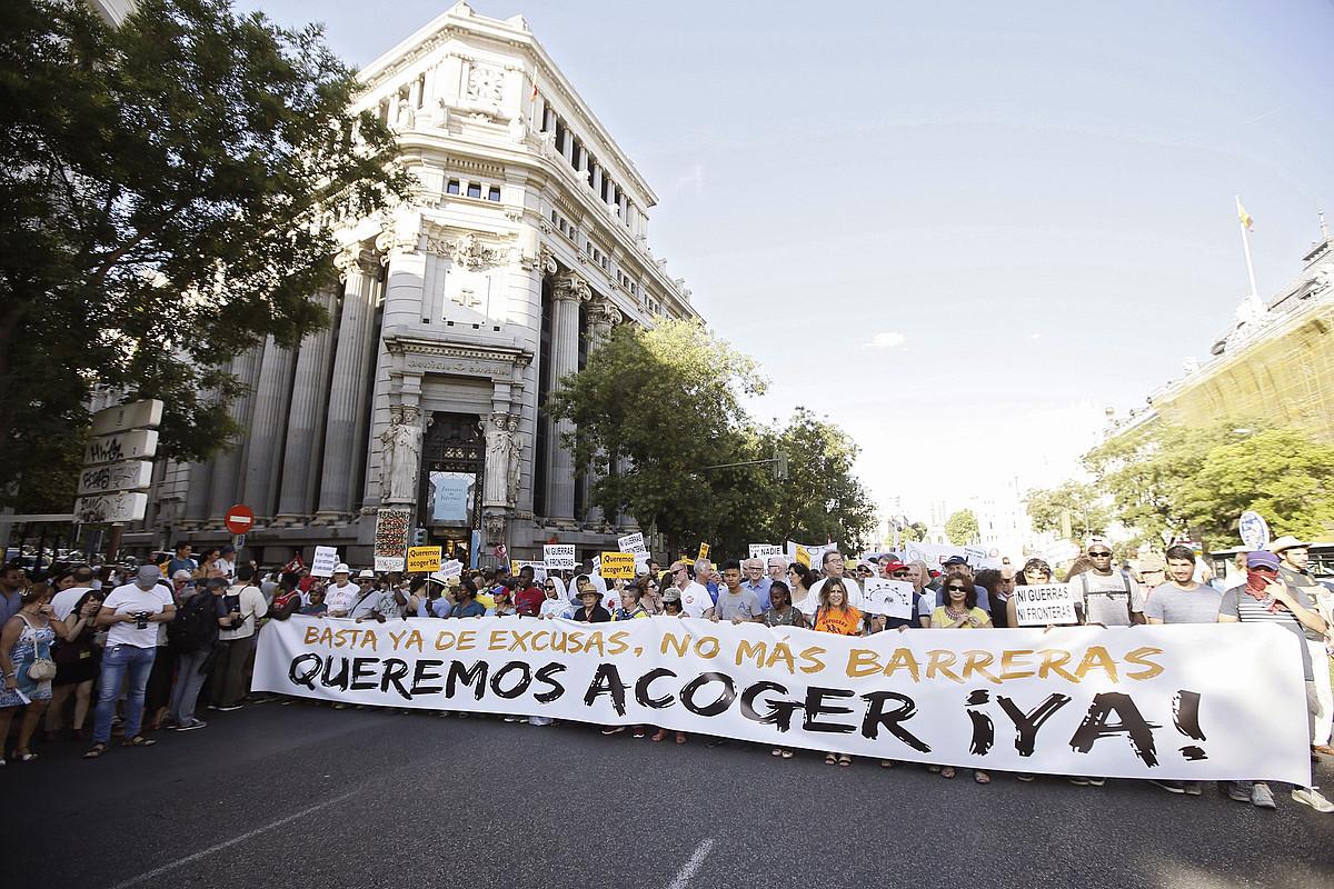 Milaka herritar elkartu ziren atzo Madrilen, ehun erakundek baino gehiagok errefuxiatuen alde egindako manifestazioan. ©FERNANDO ALVARADO / EFE