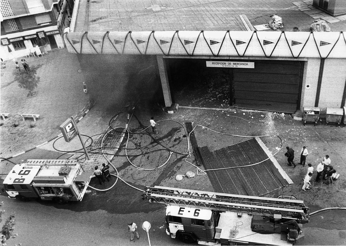 EZTANDA. Bartzelonako Hipercor saltoki handiko aparkalekuaren sarrera, lehergailuek eztanda egin eta gutxira, 1987ko ekainaren 19an. ©BERRIA