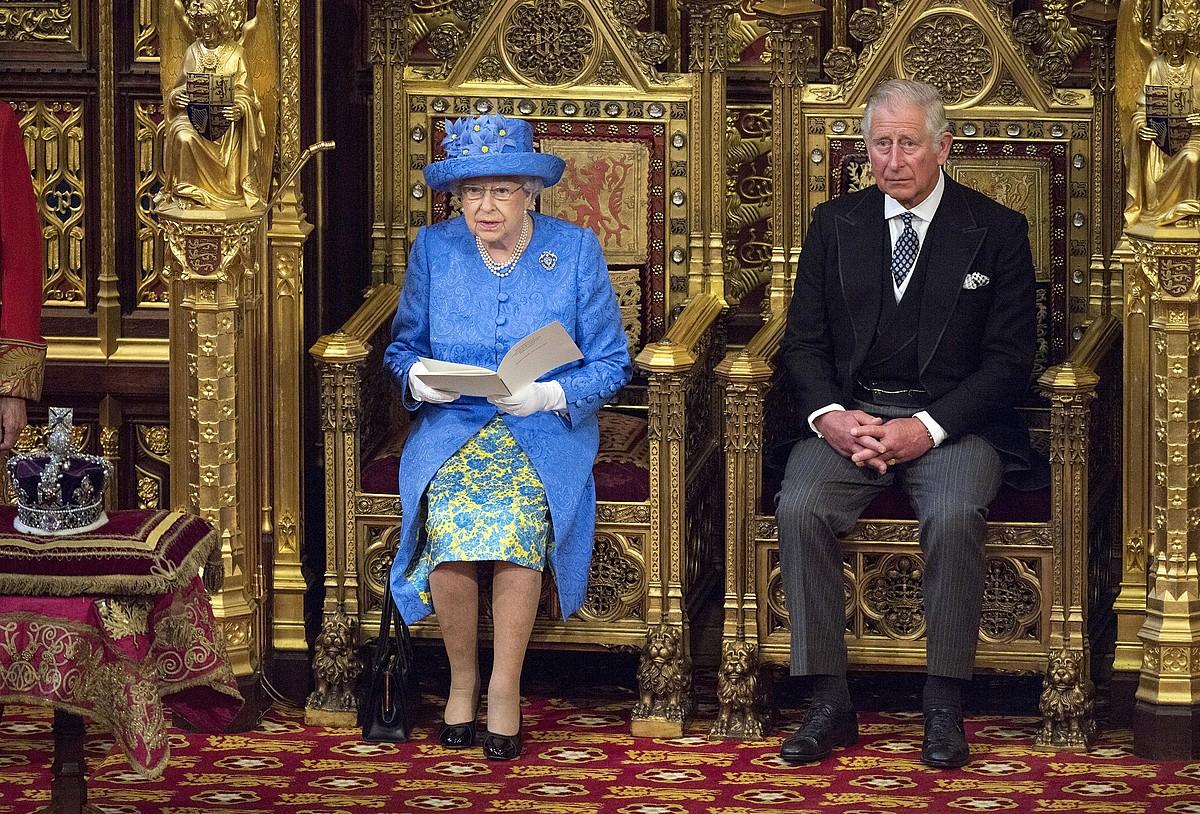 Elizabeth II.a erregina, legegintzaldi hasierako hitzaldia irakurtzen, Charles Galesko printzea ondoan duela. ©STRINGER / EFE