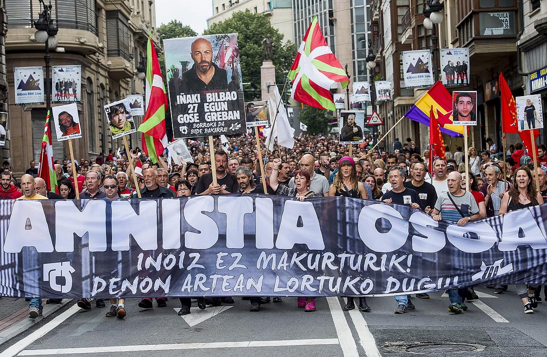 Amnistiaren Aldeko eta Errepresioaren Aurkako Mugimenduaren manifestazioa, atzo, Bilbon. ©LUIS JAUREGIALTZO / ARGAZKI PRESS