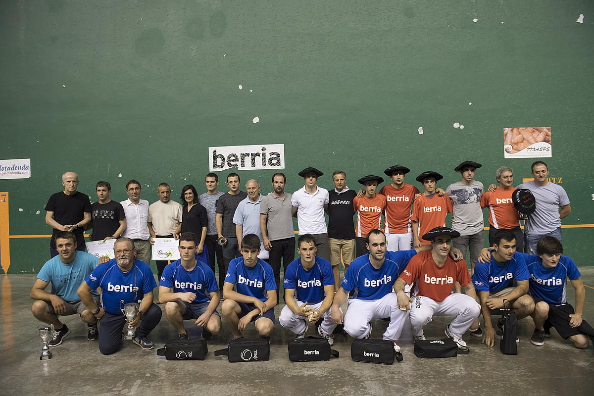 BERRIA txapelketako irabazleak, finalistekin eta antolatzaileekin, herenegun, Hernaniko udal pilotalekuan.