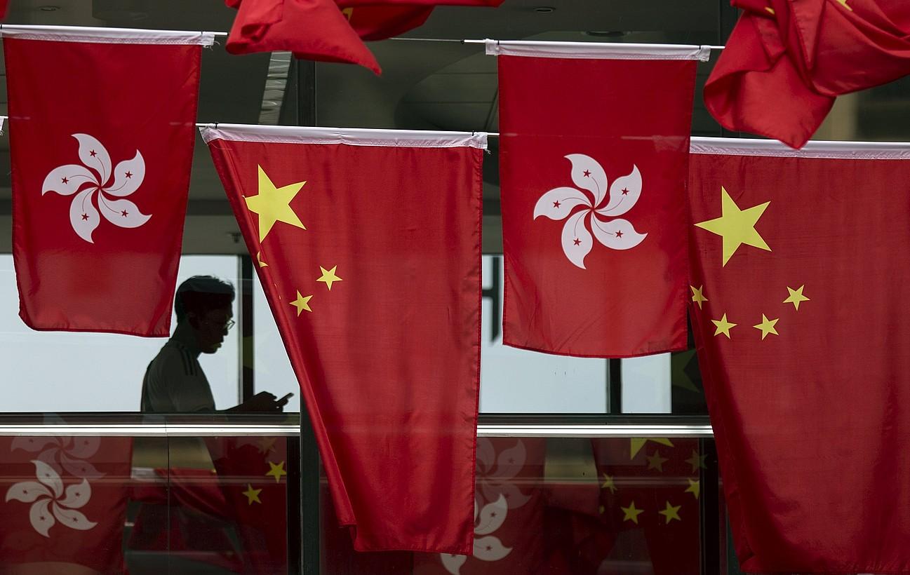 Hong Kongeko eta Txinako banderak. ©JEROME FAVRE / EFE