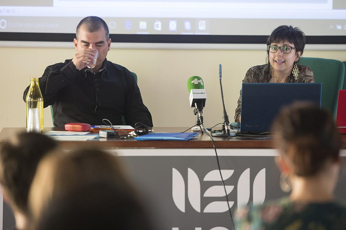 Urtzi Urkizu aurkezlea eta Maria Gonzalez Gorosarri ikertzailea, atzo, Eibarren. MONIKA DEL VALLE / ARGAZKI PRESS