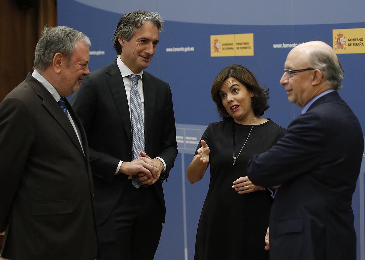Pedro Azpiazu Espainiako hiru ministrorekin, herenegun, Madrilen.