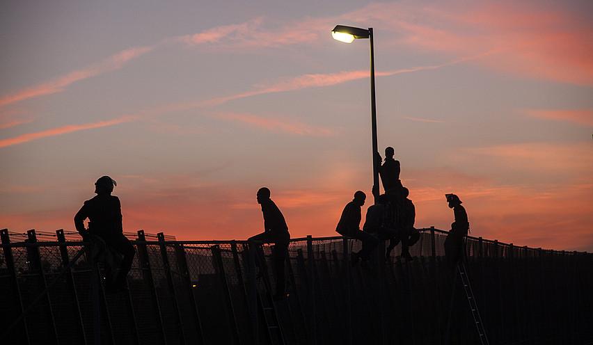 Errefuxiatu batzuk, Melillako hesira igota. ©TERESA PALOMO