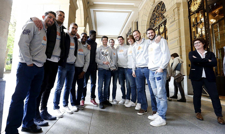 Gipuzkoa Basketeko kideak Urrezko LEB liga irabazteagatik Gipuzkoako Aldundian egin zieten harreran. ©J. HERERRO / EFE