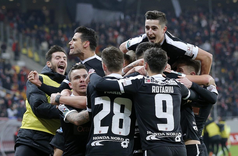 Dinamo Bukaresteko jokalariak, Steauari sartutako gol bat ospatzen, aurreko denboraldian. ©ROBERT GHEMENT / EFE