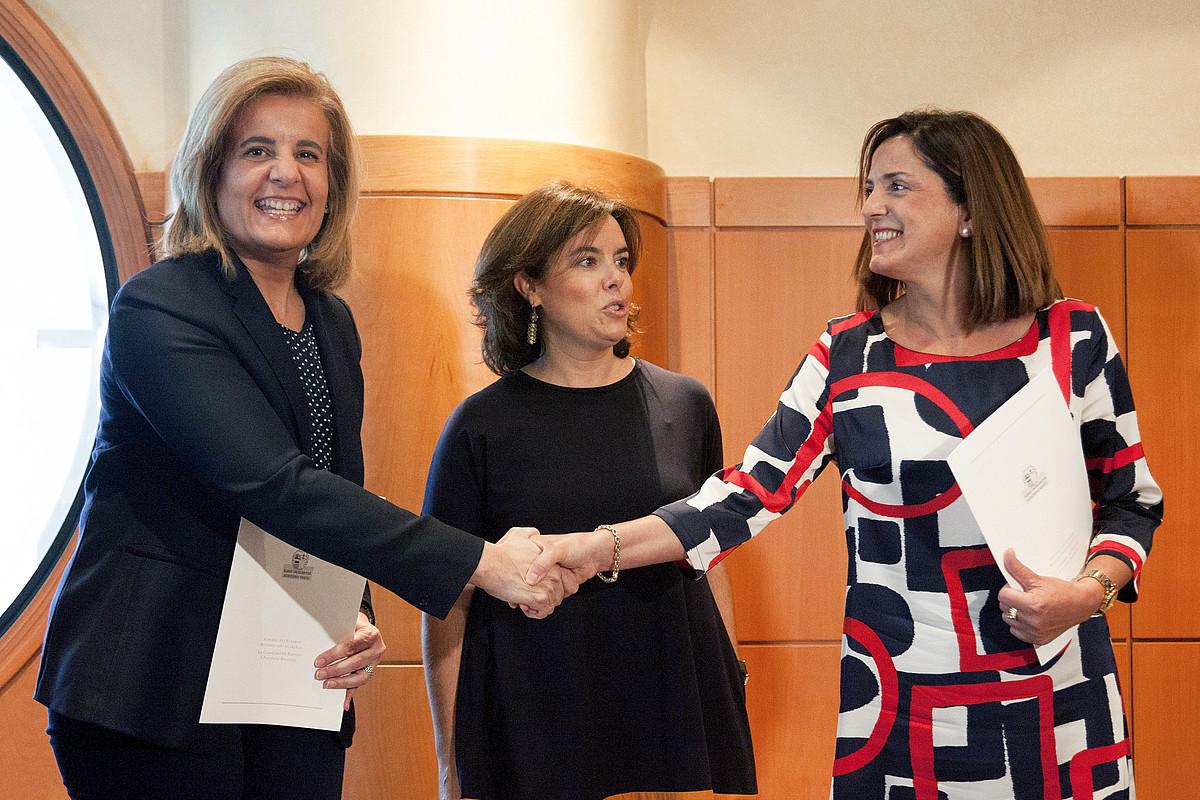 Bañez eta Artolazabal, atzo, Gasteizen; erdian, Soraya Saenz de Santamaria. ©JOSE RAM�N G�MEZ / EFE