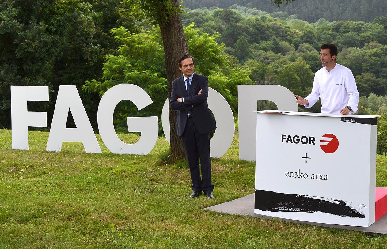 Jorge Parlade CNAko presidentea Fagor marka sustatzeko ekitaldi batean, Eneko Atxa sukaldariarekin. ©CNA GROUP