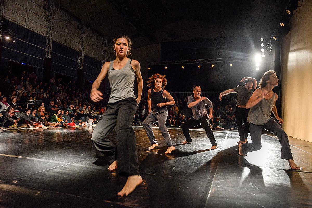 Mizel Thereten koreografia bat taularatu zuten bost dantzarik, herenegun, Itsasun. ©ISABELLE MIQUELESTORENA
