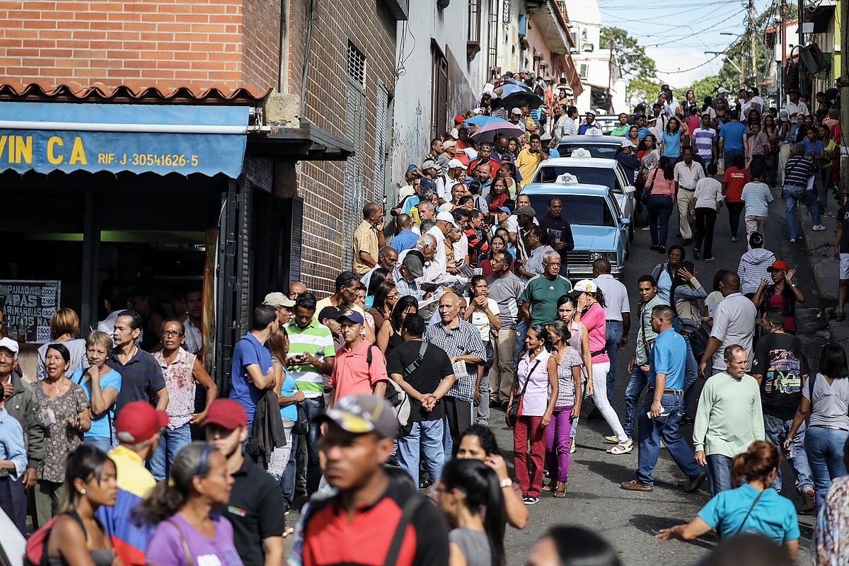 Herritarrak Batzar Konstituziogilerako bozketaren simulakroan parte hartzen, hilaren 16an, Caracasen. ©MIGUEL GUTIERREZ / EFE