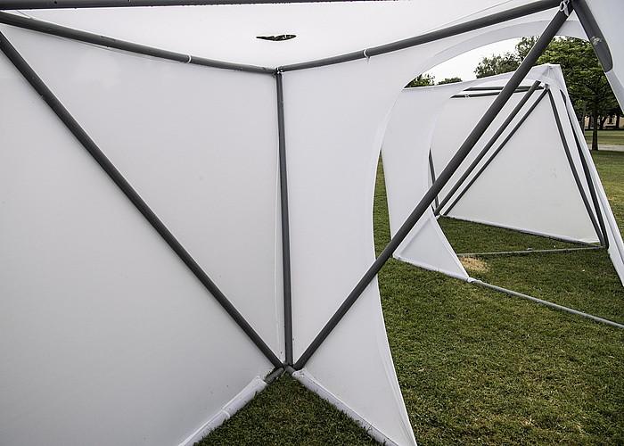Likra zuriz estali dituzte plastikozko hodien bidez eraikitako eskulturak. ©JAGOBA MANTEROLA / ARGAZKI PRESS