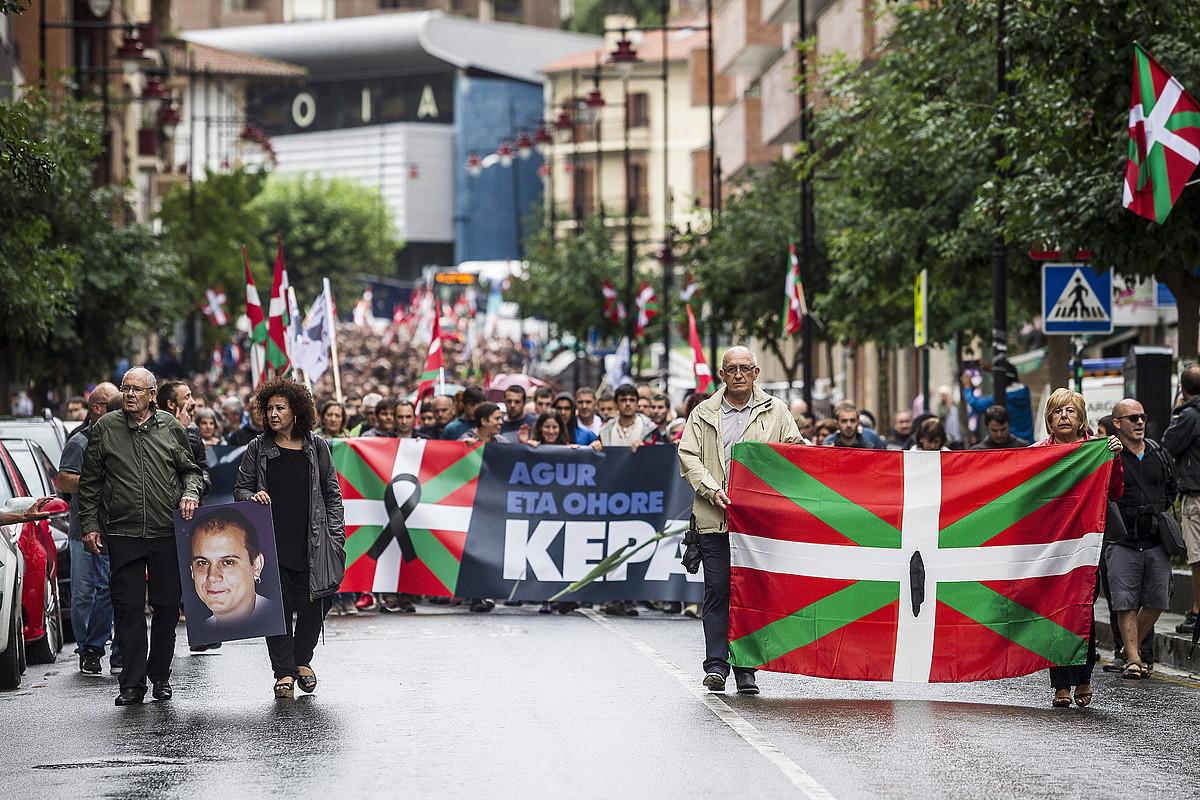 Jendetza bildu zen atzo Galdakaoko kaleetan, espetxean hildako Kepa Del Hoyori azken agurra egiteko. ©ARITZ LOIOLA / ARGAZKI PRESS