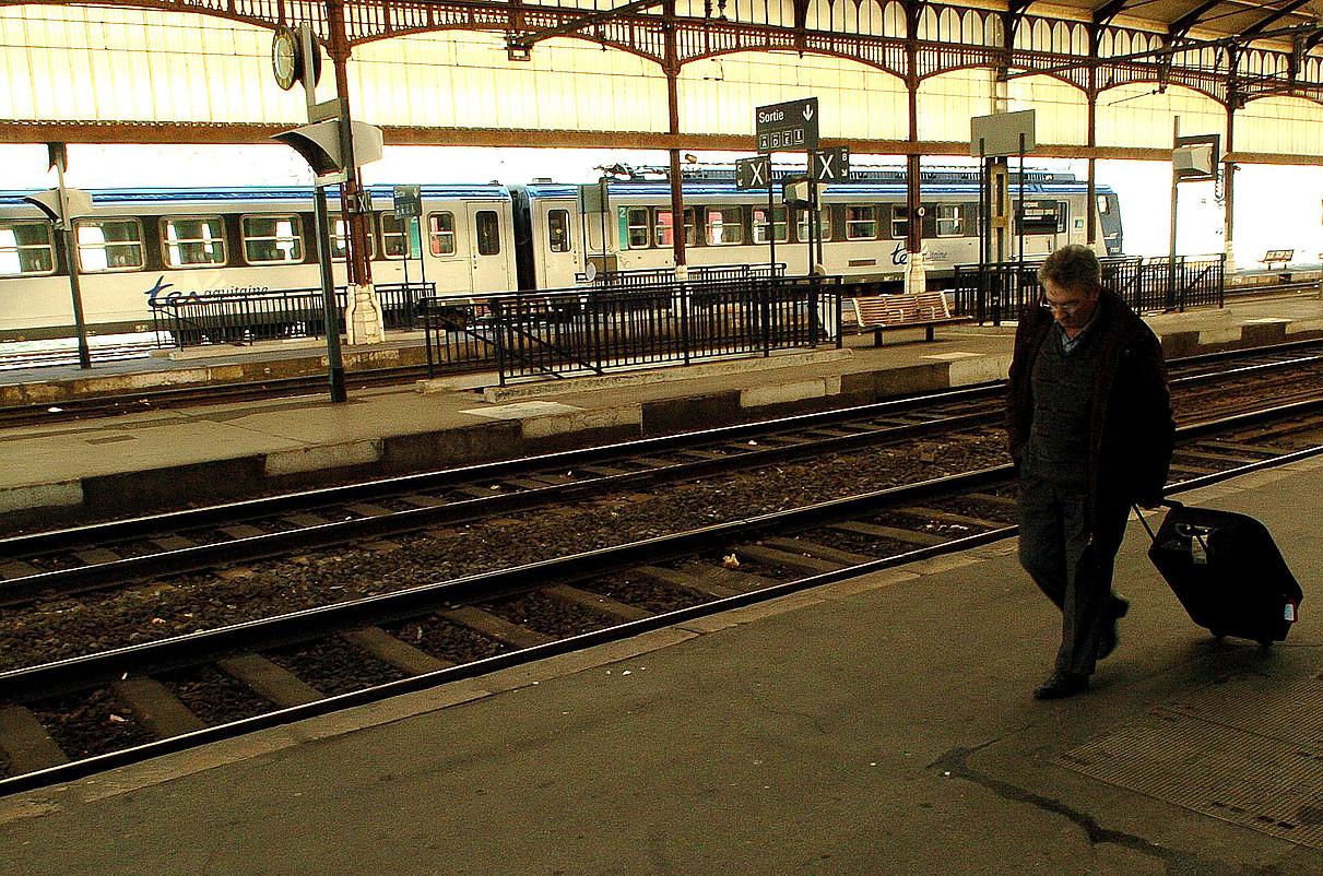 Baionako tren geltokia, artxiboko irudi batean; handik Hendaiara doan bidea berritzea erabaki du SNCFk.
