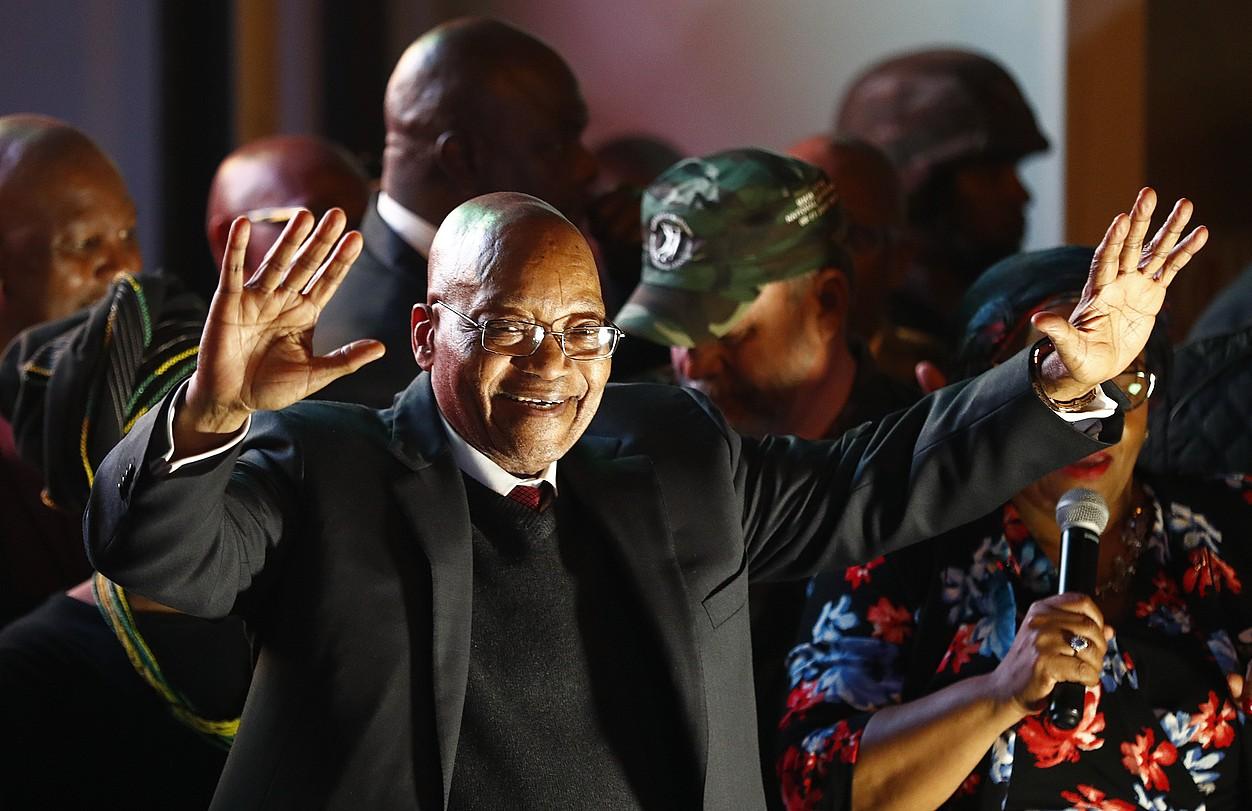 Jacob Zuma Hegoafrikako presidentea, atzo, Lurmutur Hirian, bozketaren ondoren bere jarraitzaileen aurrean mintzatzen. ©BOTHMA / EFE