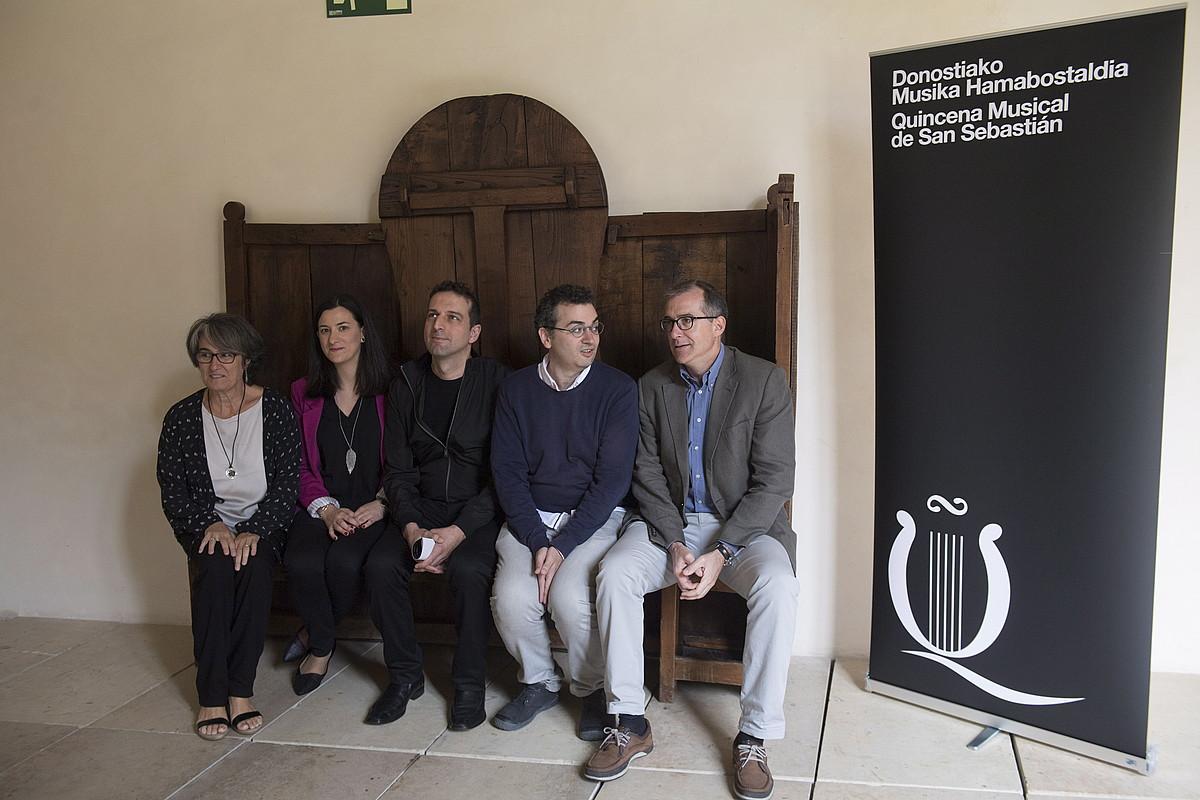 Ziklo berrian izango diren musikarietako zenbait eta antolakuntzako ordezkariak, atzo, San Telmon. ©JUAN CARLOS RUIZ / ARP