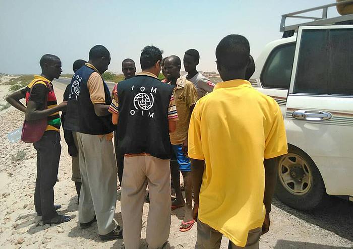 IOM Migrazioen Mundu Erakundeko kide batzuk zenbait errefuxiaturekin hizketan, atzo, Xebua eskualdean (Yemen). ©IOM