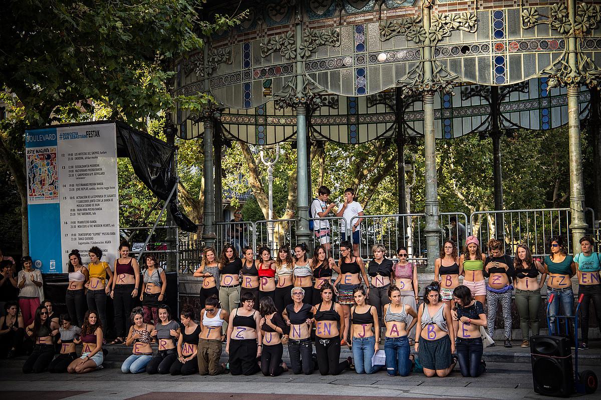 Gorputzean idatzi zuten euren aldarrikapena emakumeek, atzo, Donostian eginiko protestan.