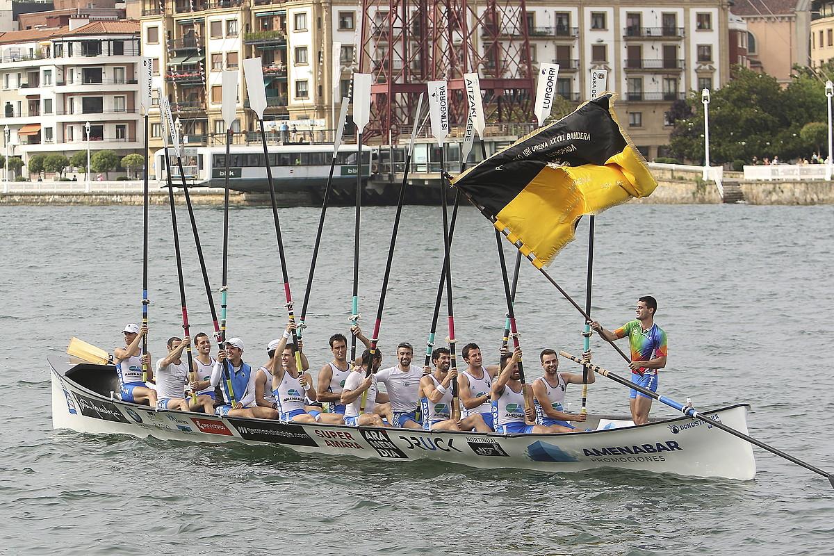 Donostiarra taldeko arraunlariak, sasoi honetan Portugaleten irabazitako bandera ospatzen.