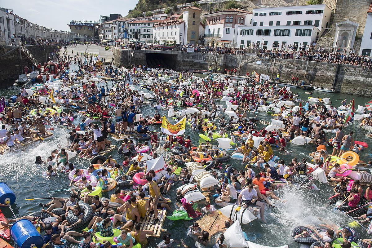 Antolatzaileek uretara sartzeko baimena eman eta gero, azkar batean bete zuten Donostiako kaia ehunka piratek. ©JUAN CARLOS RUIZ/ ARGAZKI PRESS
