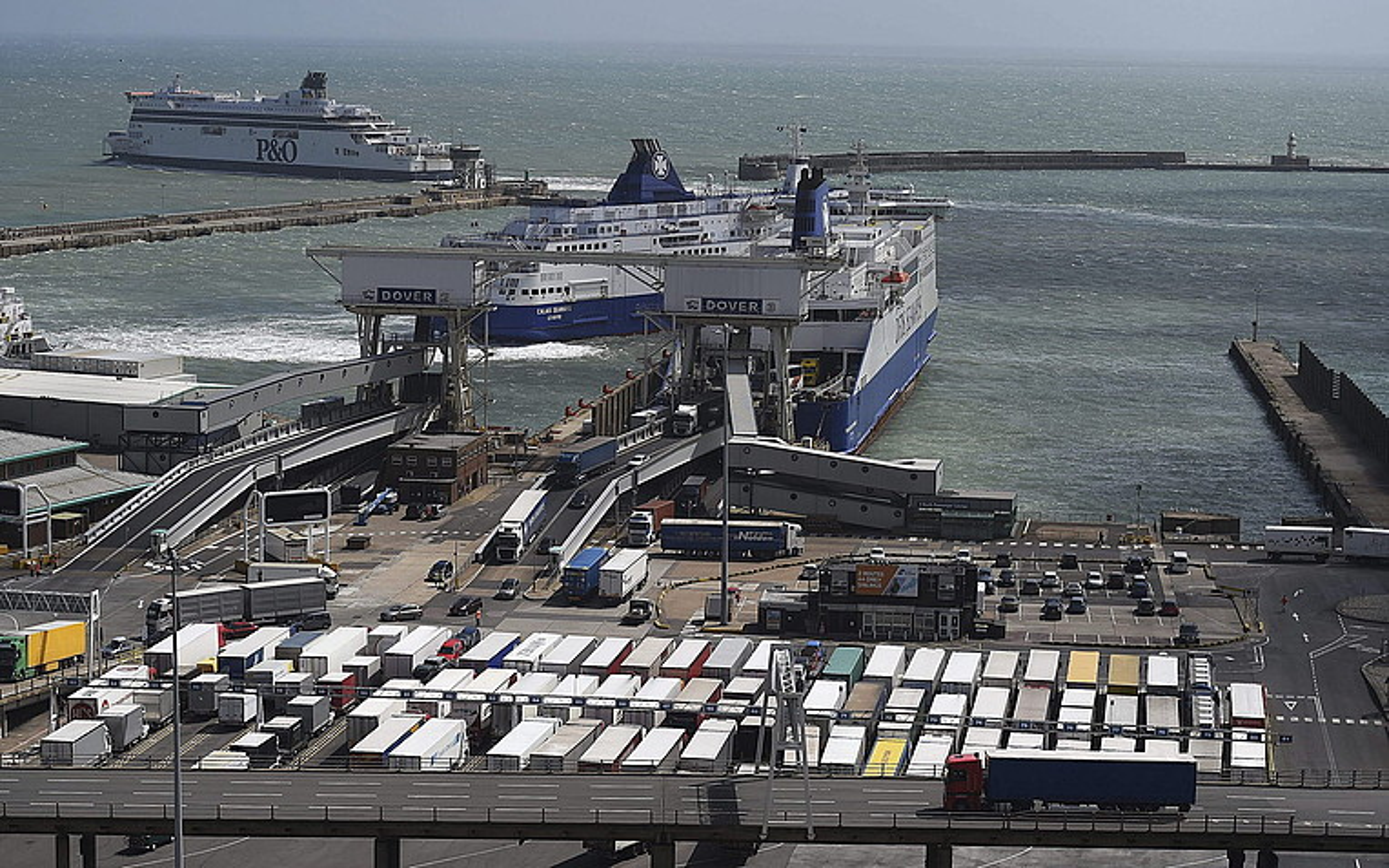 Kamioiak ferryetatik jaiste,n Doverko itsasportuan. ©ANDY RAIN / EFE