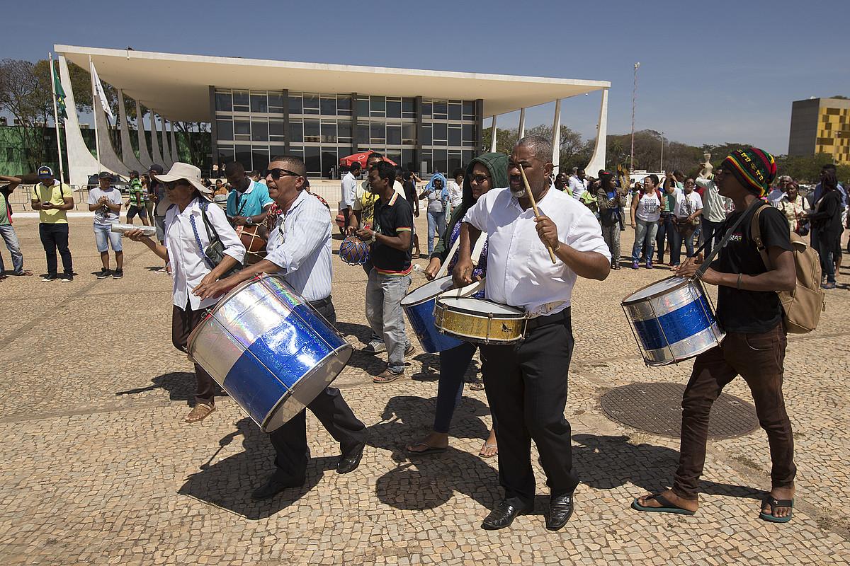 Herenegun Brasilian bildu ziren indigenetako batzuk, Brasilgo Auzitegi Gorenaren ebazpena ospatzen. ©JO�DSON ALVES. / EFE