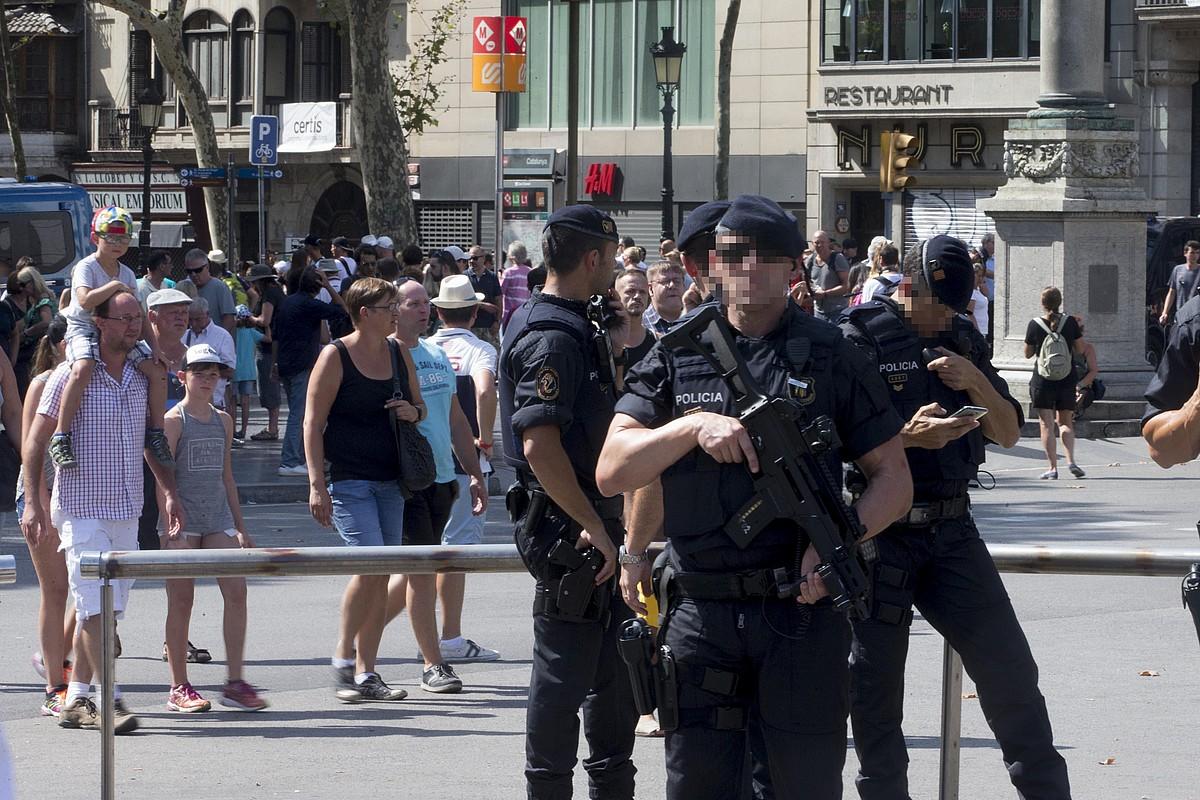 Bartzelona, poliziaz josita; segurtasun neurri bereziak hartu zituzten atzo. ©QUIQUE GARC�A / EFE