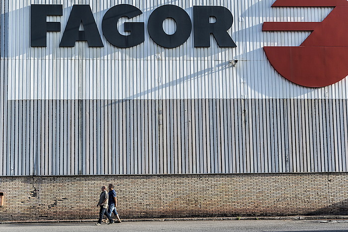 Edesa Industrialeko langile batzuk Garagartzako lantegian (Arrasate, Gipuzkoa), herenegun. ©GORKA RUBIO / ARGAZKI PRESS