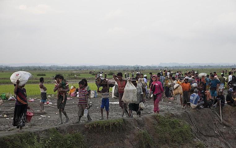 Rohingya talde bat, oinez, muga zeharkatzen, Telnafen Bangladeshen. ©STR / EFE