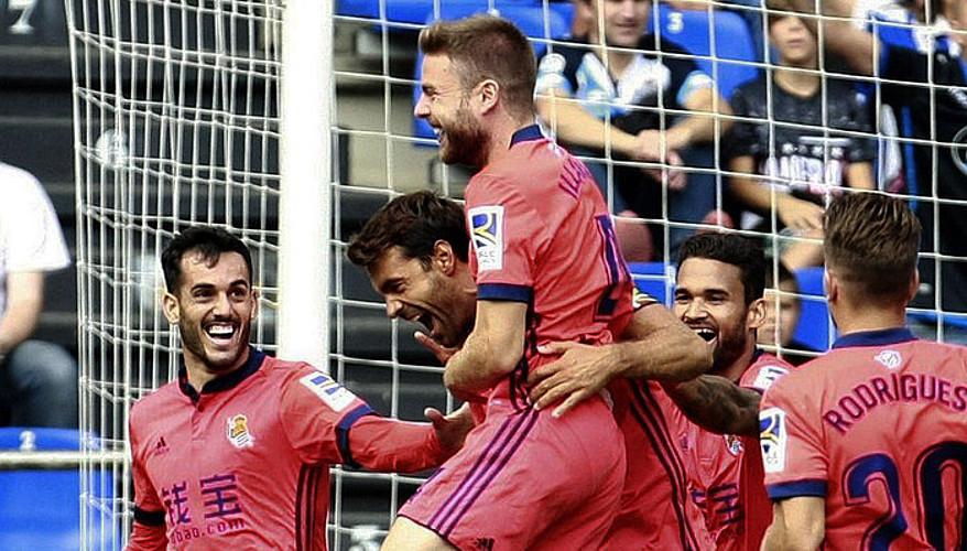 Realeko jokalariak, Asier Illarramendik Deportivori sartutako bigarren gola ospatzen.