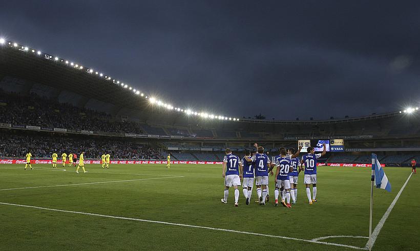 Realeko jokalariak, Anoetan Vila-reali sartutako hiru goletako lehena ospatzen.