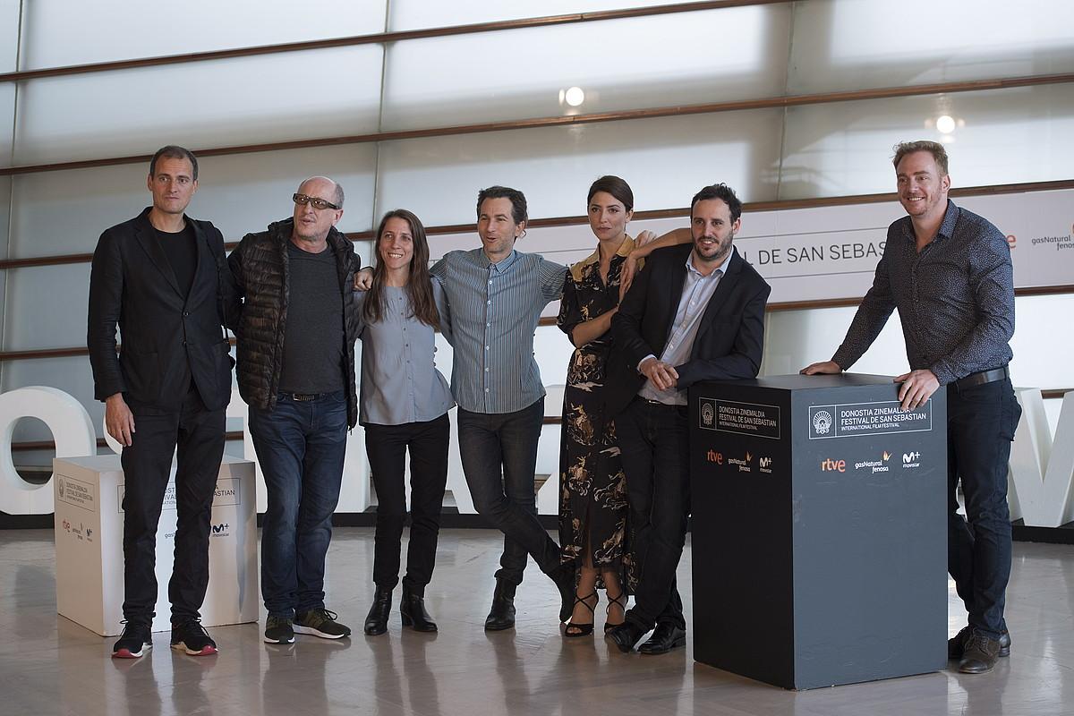 Diego Lerman —eskuinetik bigarrena—, filmeko aktore taldearekin, atzo, Donostian. ©JUAN CARLOS RUIZ / ARGAZKI PRESS