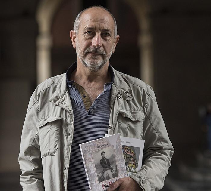 Kepa Larrea, bere bi liburuak eskuetan, atzo, Donostian. ©JON URBE / ARGAZKI PRESS