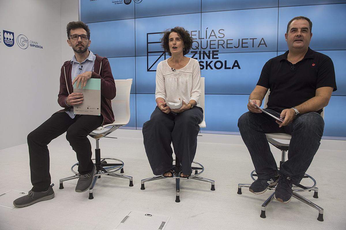 Carlos Mugiro, Mari Jose Telleria eta Ion Lopez, atzo, Zinema Eskolaren jarduerak aurkezten, Donostian. ©JON URBE / ARP