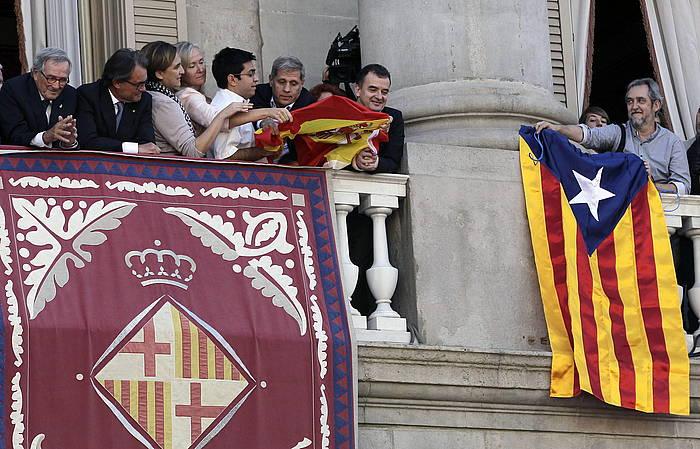 Bartzelonako udaletxean Espainiako bandera eta Estelada. EFE/Alberto Estévez