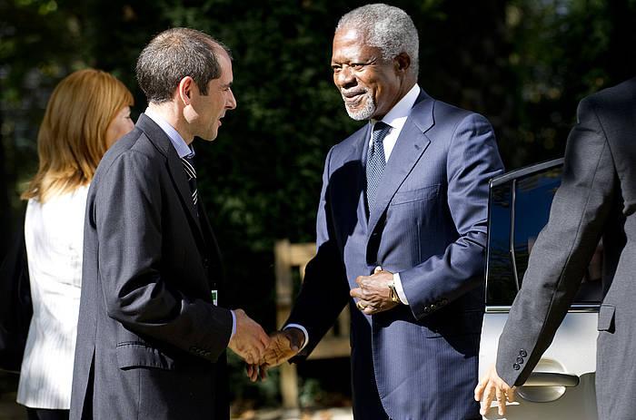 """""""Conferencia Internacional para Promover la Resolución del Conflicto en Euskal Herria"""". Llegada de Kofi Annan, ex Secretario General de la ONU, al Palacio de Aiete, donde se desarrolla la conferencia. En la imagen, Kofi Annan dando la mano a Paul Rios (miembro de Lokarri)."""