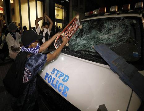 AEBak astindu ditu polizia zuri batek afro-amerikar bat hiltzeraino itotzeak