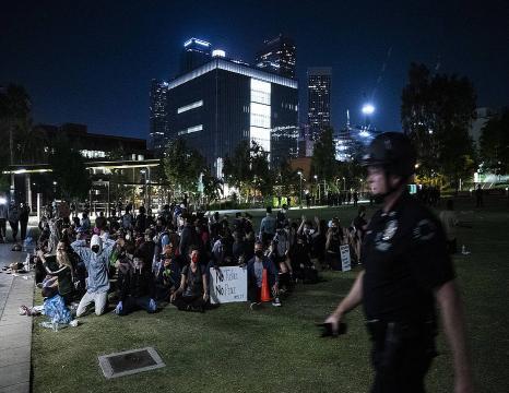 Arrazakeriaren aurkako protestek ez dute etenik AEBtan