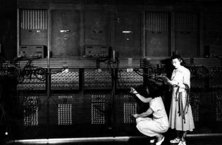 eniac makinan emakumezkoak lanean: Gloria Ruth Gordon eta Ester Gerston.