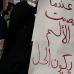 tahrir_plazan_elkarretaratutako_emakume_bat_goitik_behera_tapatuta_burka_beltz_batekin_2011_02_18
