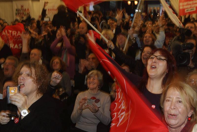 Syrizaren aldeko jendea, pozarren inkesten emaitzak jakindakoan.